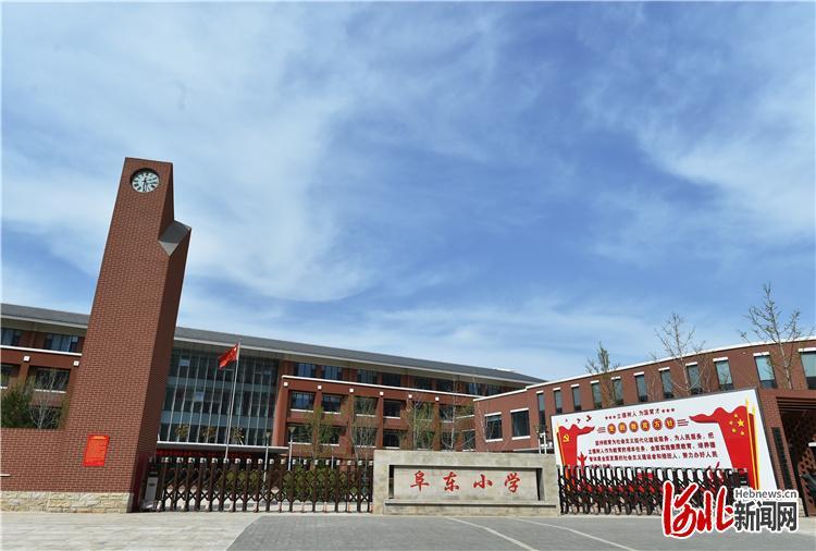 为阜平县最大的易地扶贫搬迁安置点——安居家园配套建设的阜东小学。 河北日报记者赵海江摄