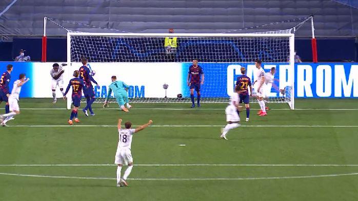 阿方索强行突破后传中,基米希轻松推空门,拜仁5-2巴萨