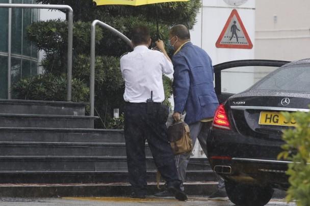 【btb】_黎智英保释后首度外出 旗下《苹果日报》成堆被扔垃圾桶