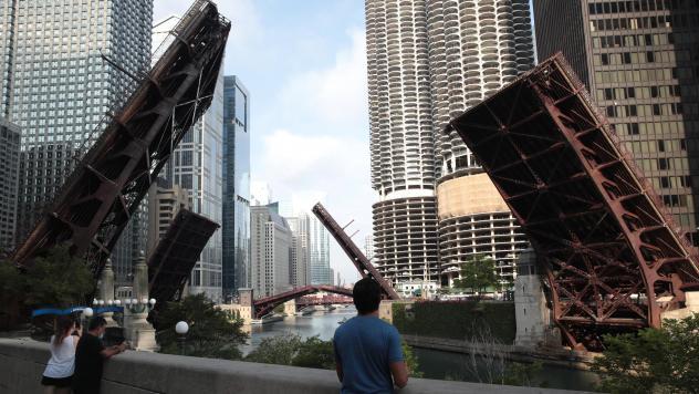 美芝加哥发生大规模抢劫 市中心桥梁升起限制交通