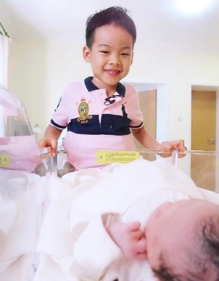 刘璇儿子与女儿合照
