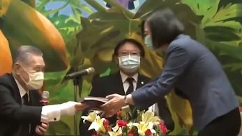 蔡英文见日本前首相 点头哈腰的姿态被网友怒斥