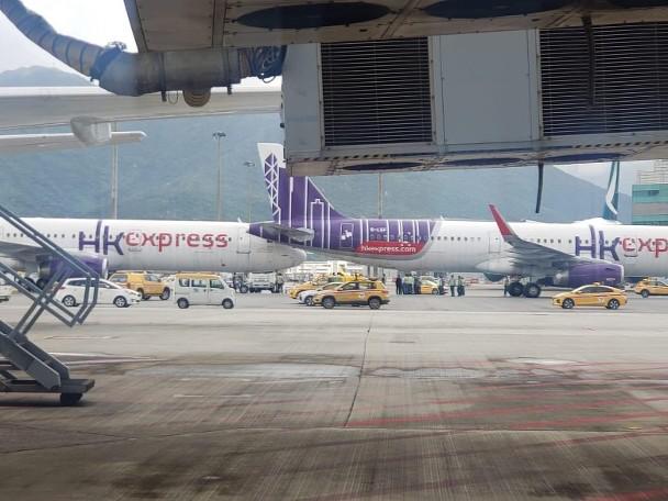 """前方客机的左边尾翼紧贴后方客机的机头。图源:香港""""东网"""""""