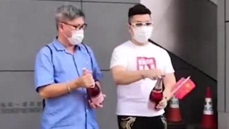 乱港分子黎智英等人被捕后 爱国市民街头开香槟庆祝