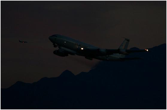 美国空军的E-8C空地监视飞机在夜间出动