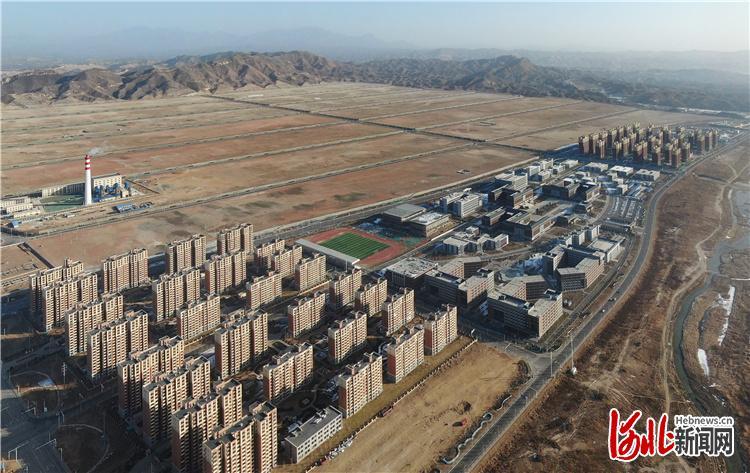 """阜东新区安置区是阜平县最大的易地扶贫搬迁安置区,同步建设了学校、医院、超市等基础配套设施。安置区对面是规划的工业园区,将提供大量就业岗位,让百姓""""搬得出、稳得住、能致富""""。 河北日报记者赵海江摄"""