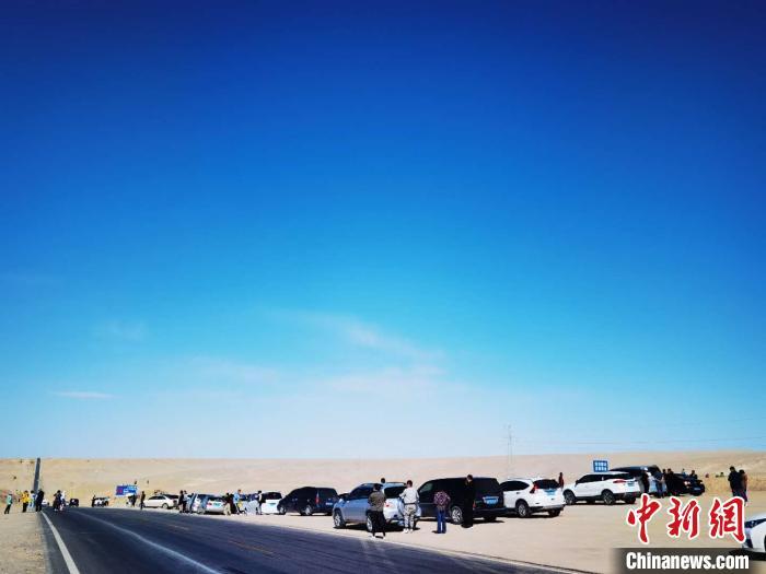 """图为格尔木交警部门在""""网红U型公路""""西段处建设了1300平方米的停车区。 宗布尔 摄"""