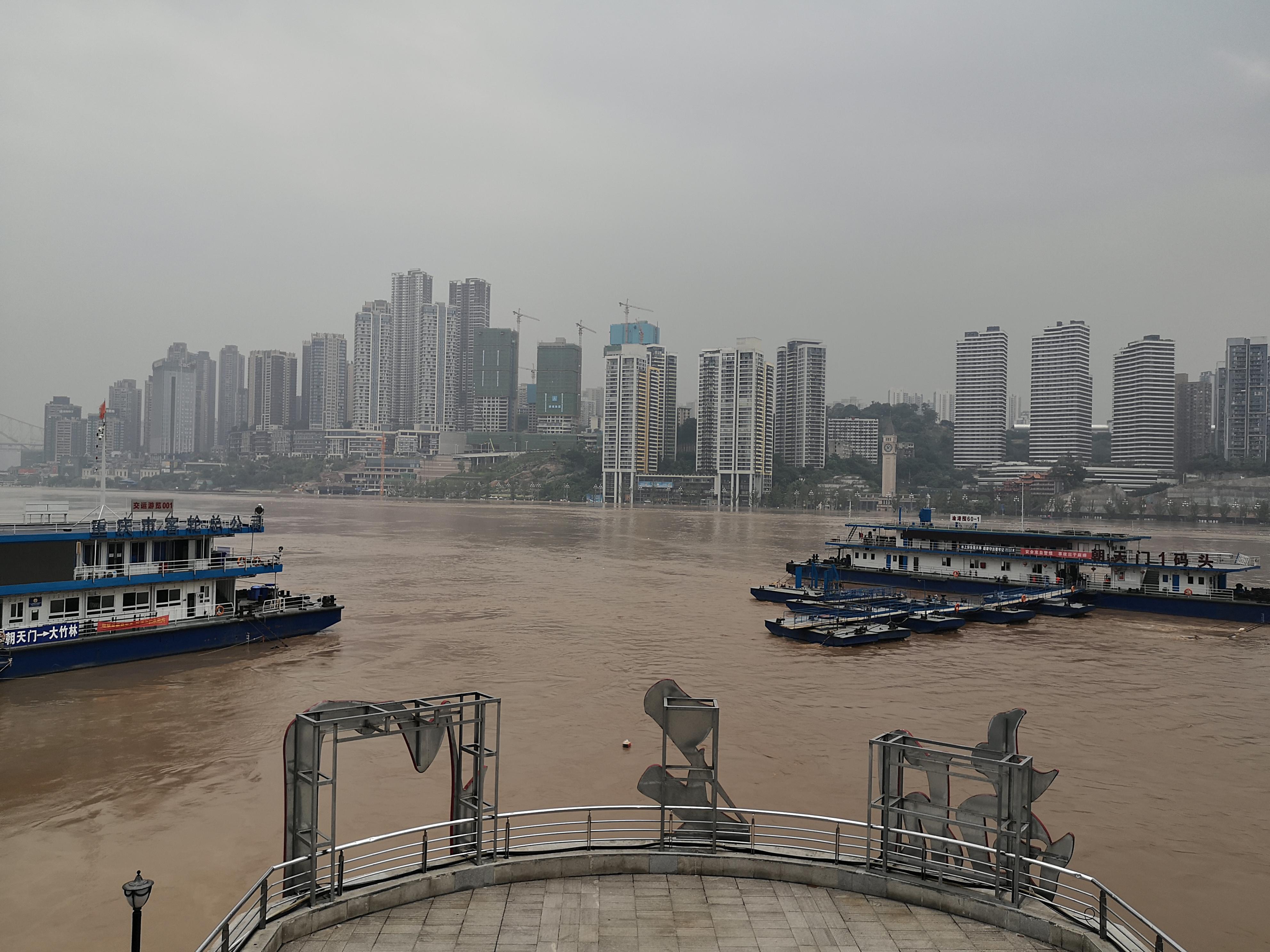 朝天门城门洞区域被淹没。 本文图片除署名外,均由澎湃新闻记者 王鑫 图