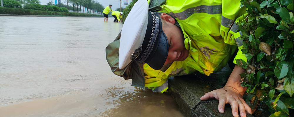 强降雨袭来 北川公安民警坚守一线