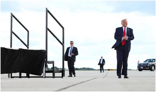"""当地时间17日,特朗普乘坐""""空军一号""""到达美国威斯康星州,下飞机走在停机坪上"""