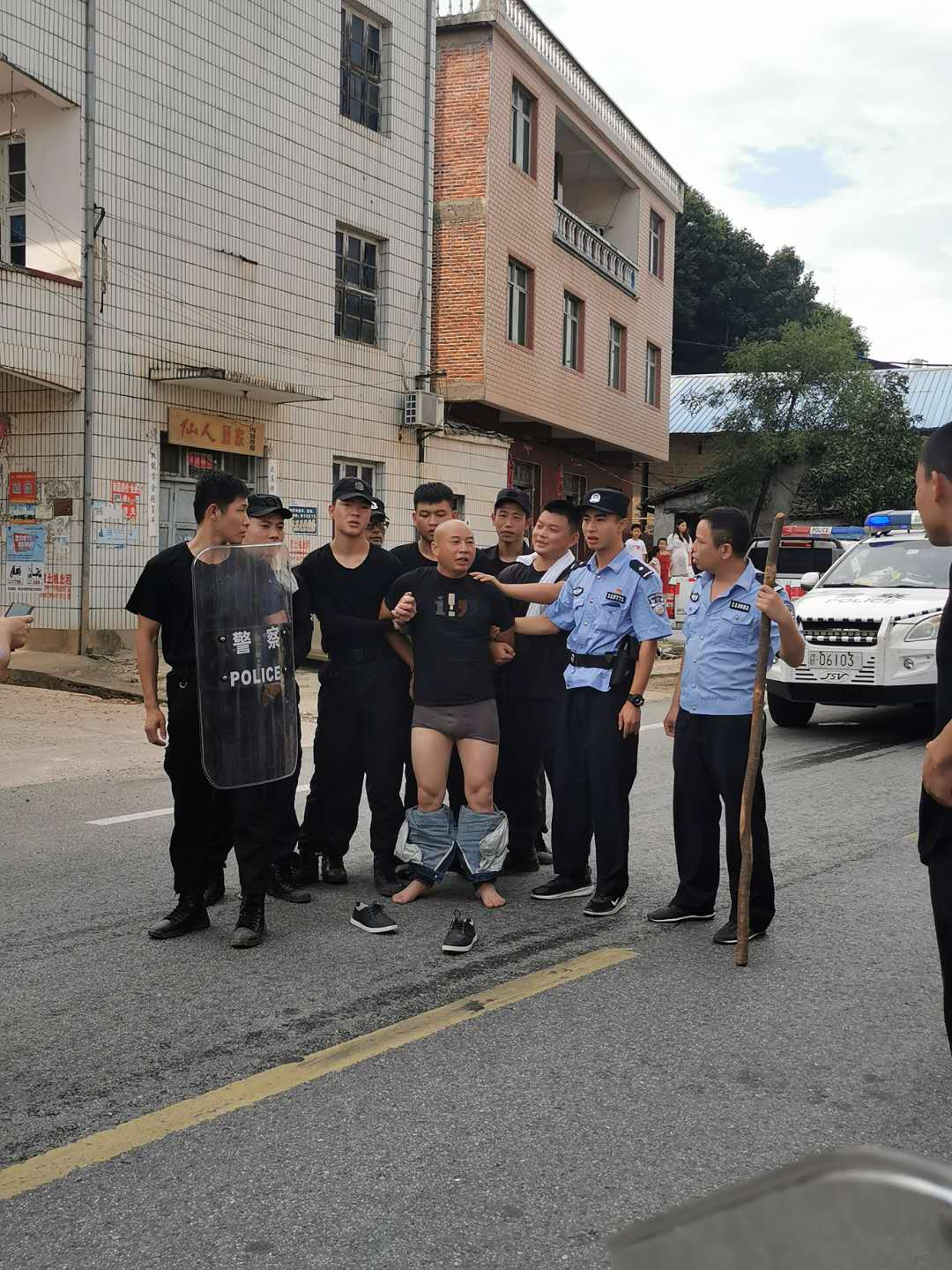 """【nvrenbi】_目击者讲述曾春亮落网:他对警察说""""我自己不出来你抓得到吗"""""""