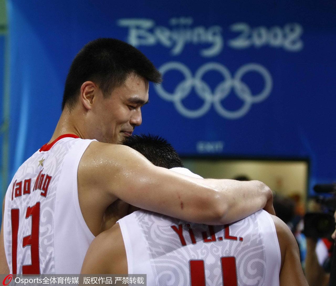 2008年北京奥运会,姚明鼓励易建联。
