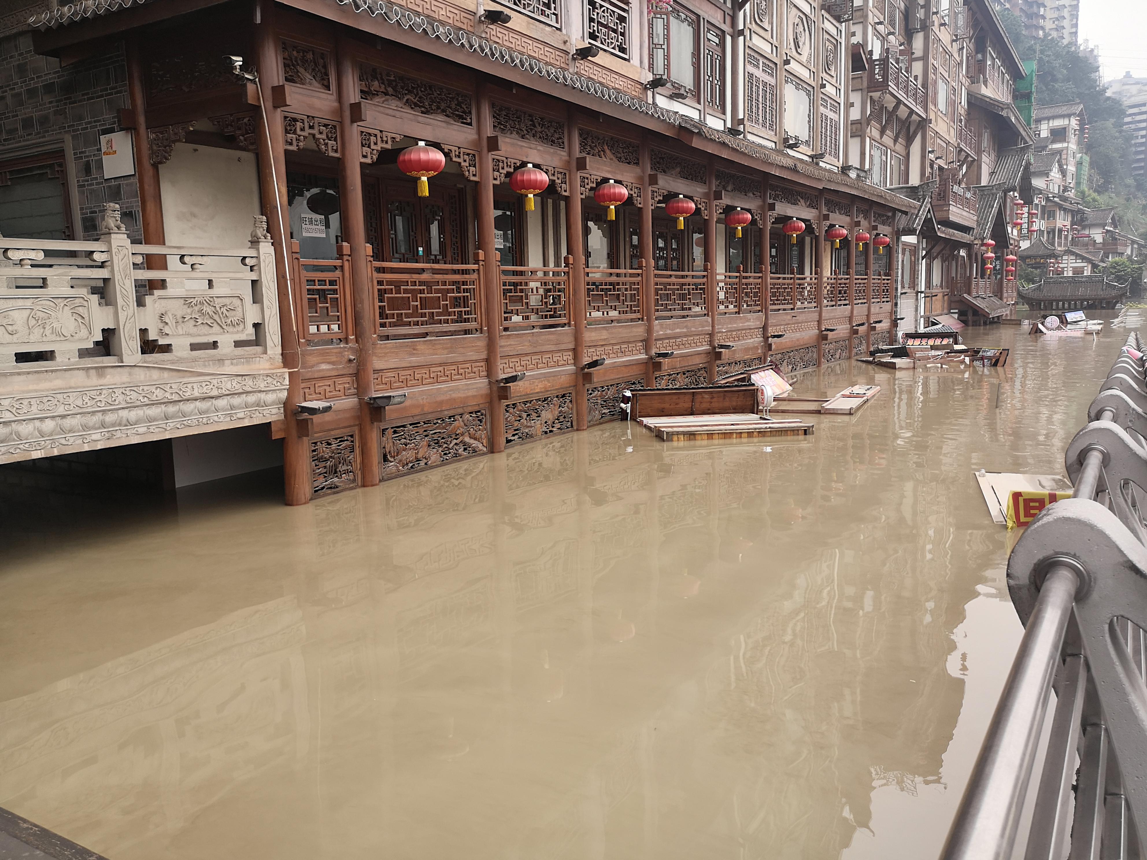 洪崖洞景区二层以下被淹没。