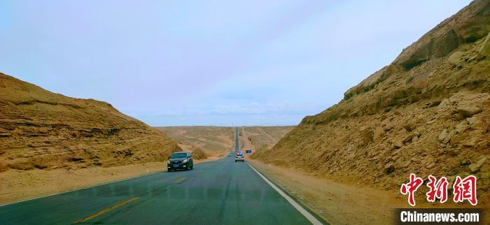 """图为位于青海省海西州格尔木市G315国道的""""网红U型公路""""。 宗布尔 摄"""