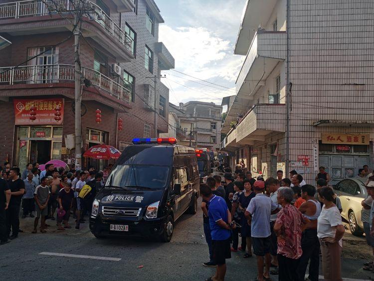 8月16日下午5时许,警方押解疑凶曾春亮离开厚坊村。 新京报记者 王飞 摄
