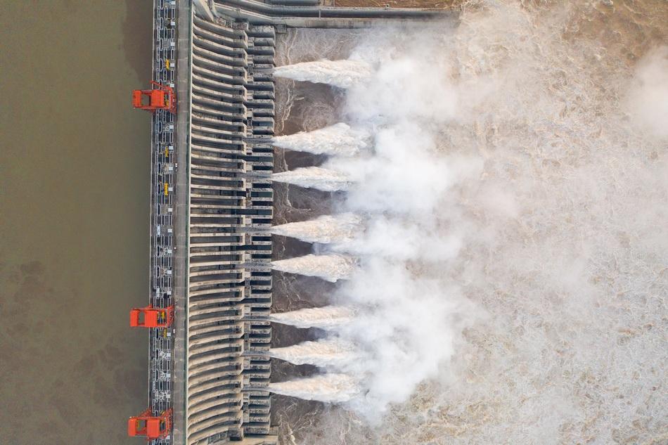 8月18日拍摄的长江三峡枢纽工程开启泄洪深孔泄洪的情景(无人机照片)。 新华社 图