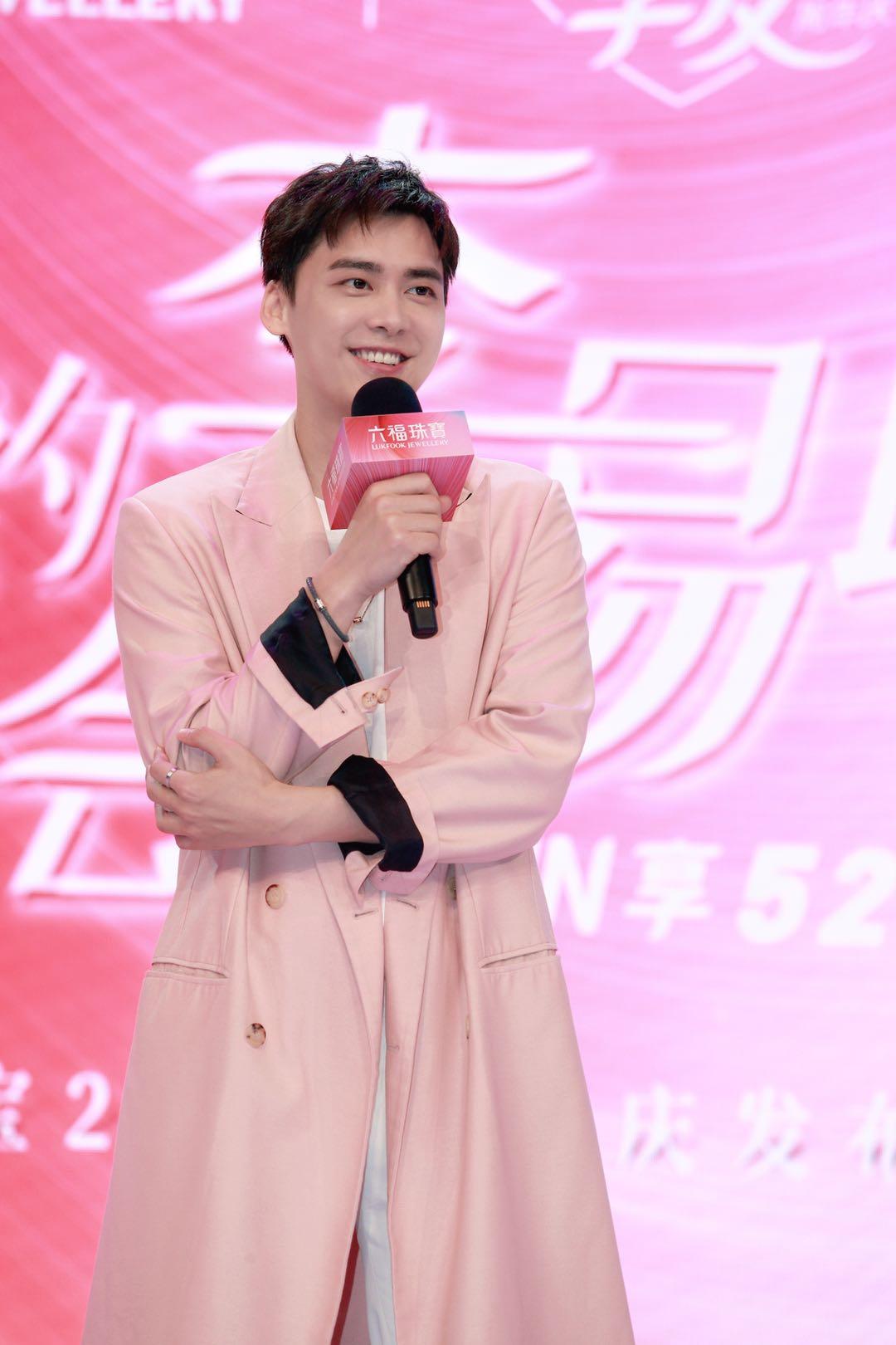 李易峰与现场粉丝及在线观众亲切问候