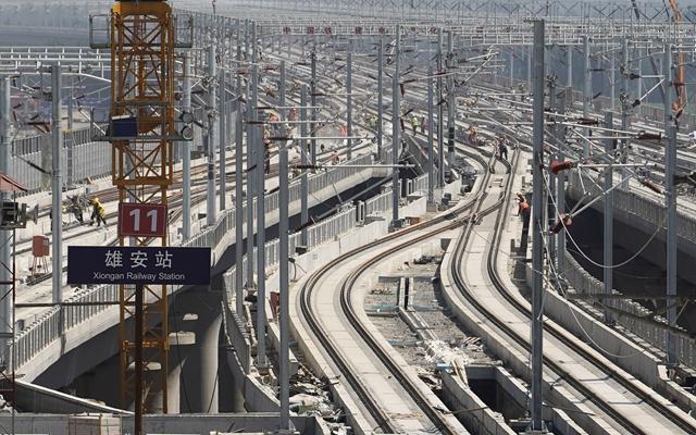 工人在京雄城際鐵路雄安站施工。新華社資料圖