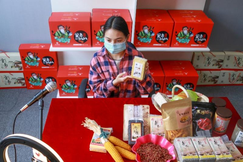 河北省广宗县一名电商主播在网络直播销售本地农产品。 新华社发