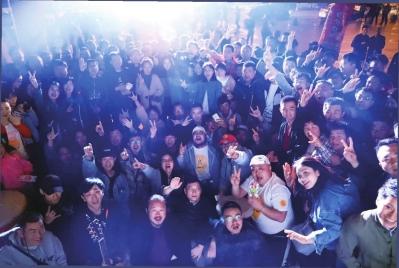 安肖(左起3)和野谷谣乐队