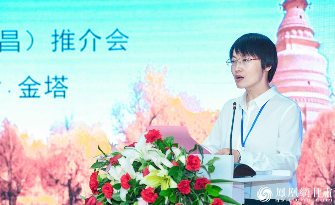 金塔县副县长柴艳梅现场推介金塔旅游资源及优惠政策 杨艺锴 摄