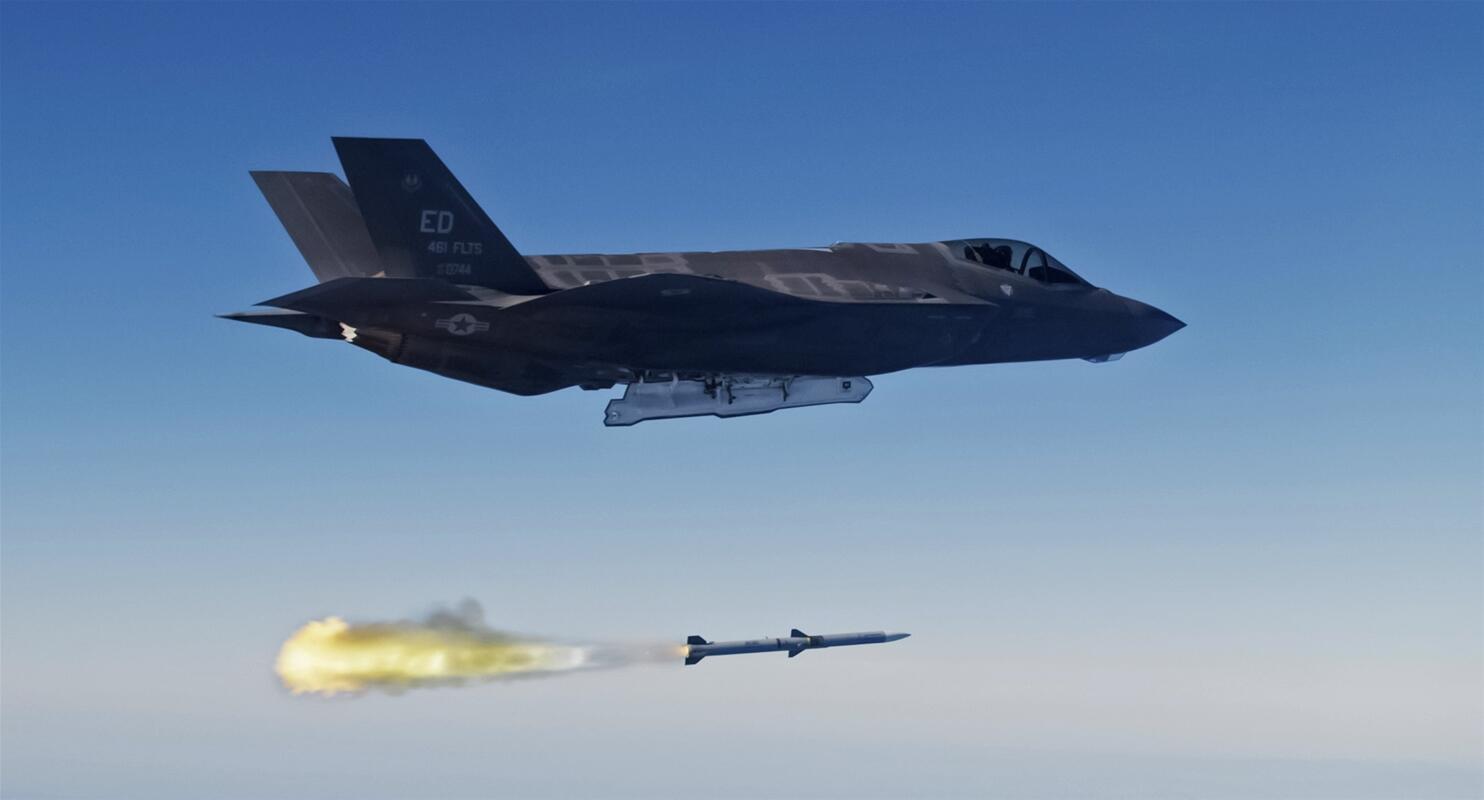 """美国空军的F-35战斗机发射AIM-120""""先进中程空对空导弹"""""""