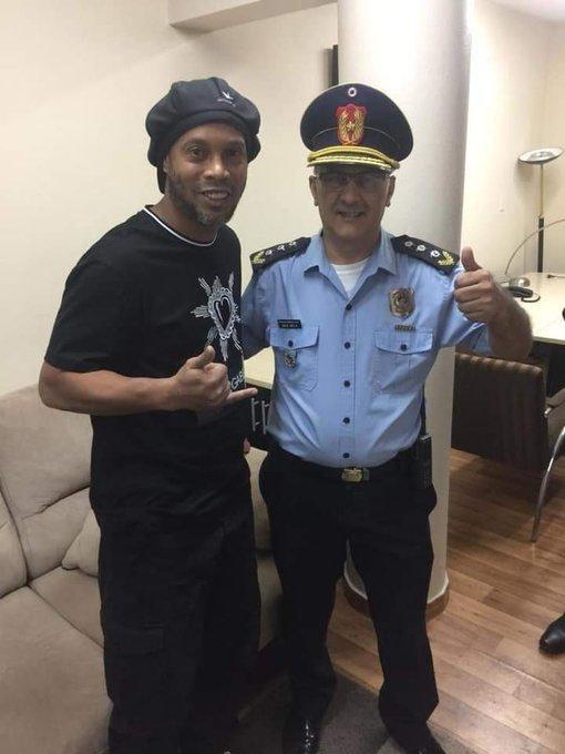 小罗和巴拉圭警察相谈甚欢。