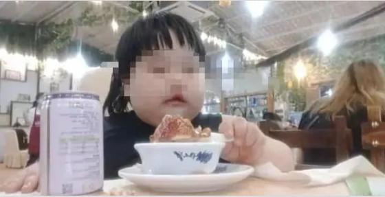 """3岁女孩被喂到70斤当""""吃播"""" 到底是谁的错?"""
