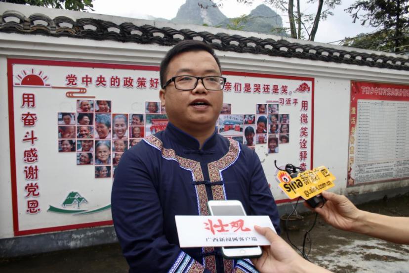 环江毛南族自治县下南乡宣传委员、副乡长卢晓东接受媒体采访。 李勤虹 摄