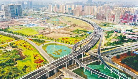 8月31日,东部快速路南延工程桥梁主线提前通车,它连接中心城区与净月高新区,未来将与在建的长春至双阳快速路连接。 张扬 摄