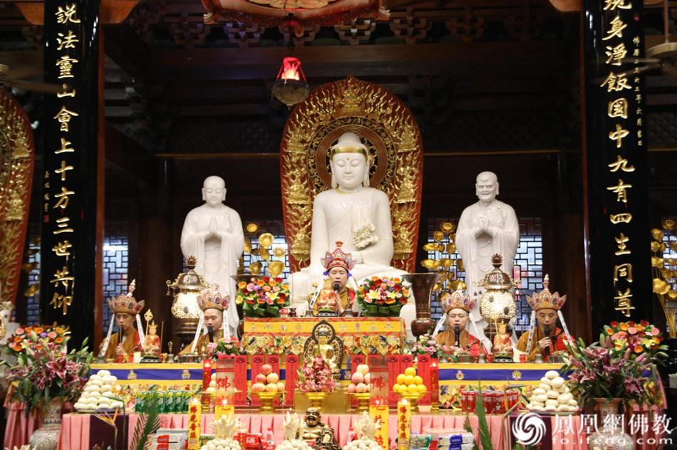 施放瑜伽焰口(图片来源:凤凰网佛教 摄影:厦门鸿山寺)