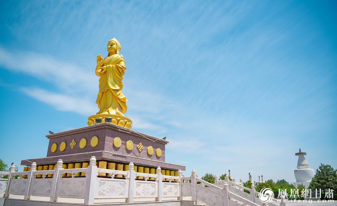 白塔寺景区内萨班铜像 杨艺锴 摄