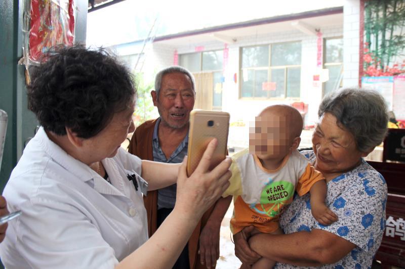 李连慧主任定期到患者家中回访