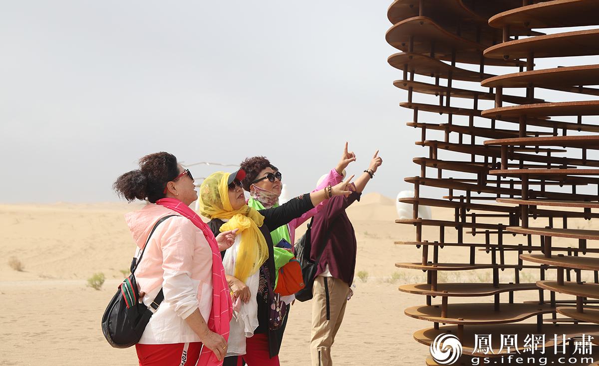 开幕式当天,游客在欣赏创作营内的作品。南永涛 摄