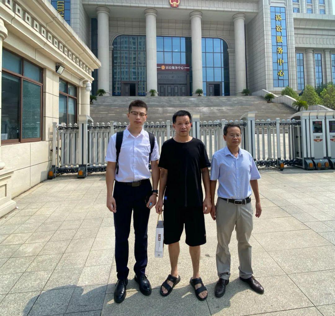 △图为9月2日上午,张玉环与其国家赔偿案代理律师程广鑫(左一)、罗金寿(右一)