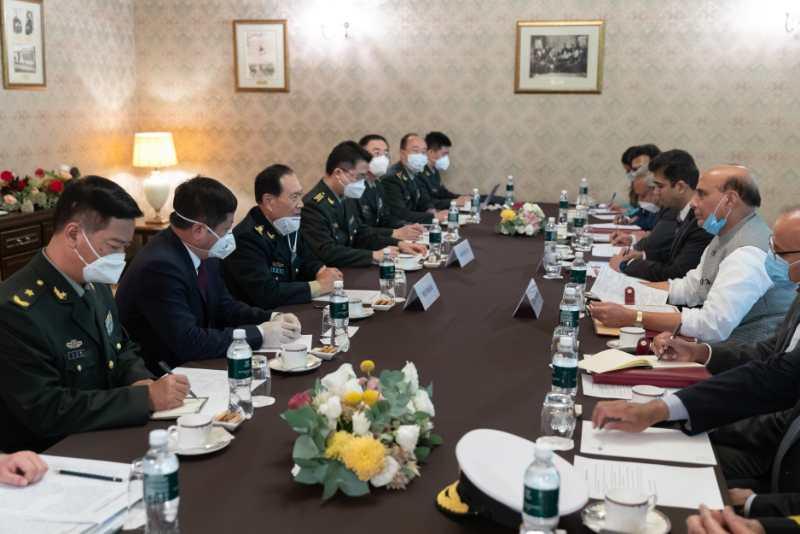 中国国务委员兼国防部长魏凤和与印度防长拉吉纳特·辛格在莫斯科举行会晤。新华社记者白雪骐