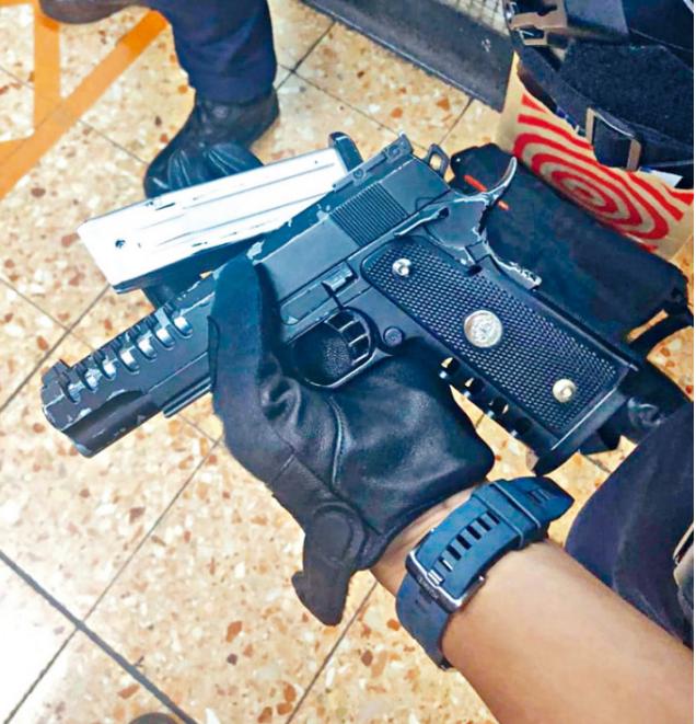 【移动搜索】_有人携仿制枪到旺角 香港警方:闹市持武器 绝不容忍