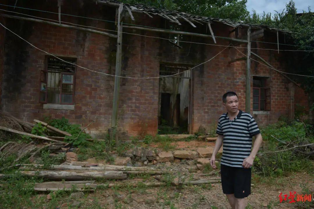 △图为张玉环在老屋前 图片来源:红星新闻