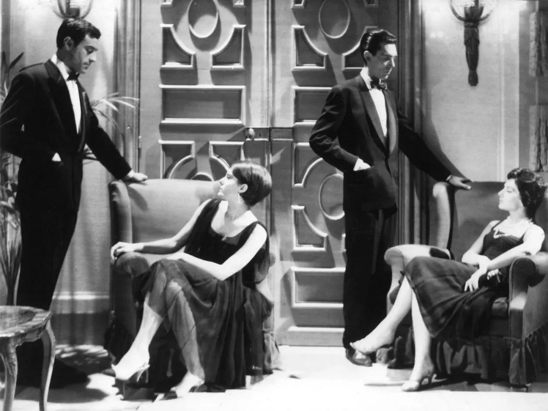 《去年在马里昂巴德 》(1961),阿伦·雷乃导演。电影夹杂了过去、现在、未来的三条时间线。