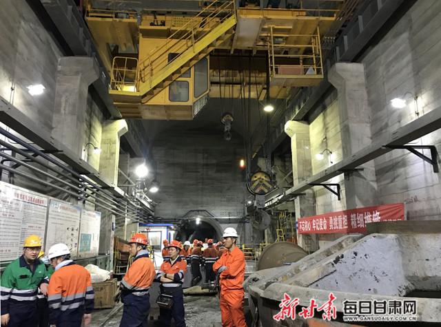 810米的矿井下进行安全教育学习