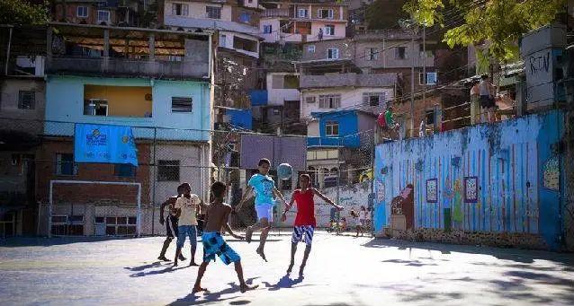 巴西贫民窟里的足球少年
