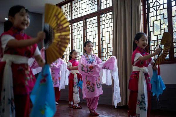 武汉市长春街小学的学生们在上京剧课。路透社