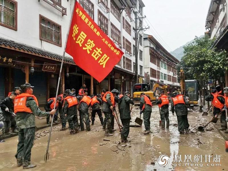 广大党员冲锋一线参与抢险救灾工作