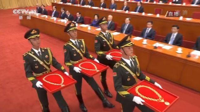 礼兵护送国家勋章和国家荣誉称号奖章入场
