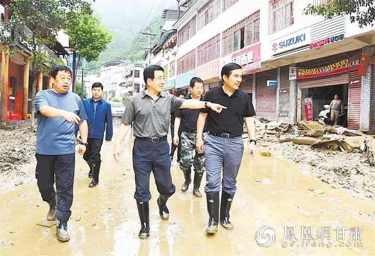 甘肃省委书记、省人大常委会主任林铎(前排中)深入文县指导抢险救灾工作