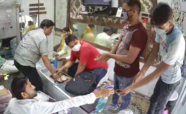 【神马电影dy888影视博客】_印度俩男子进店后仔细消毒双手,下一秒突然拔枪抢劫
