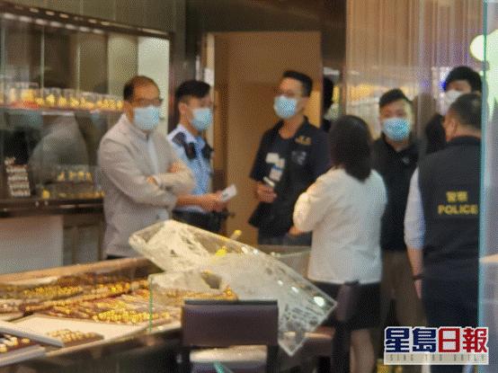 金行玻璃饰柜被打碎(图片来源:香港《星岛日报》)