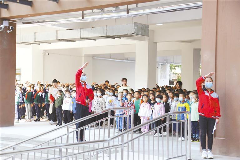 清华小学新教学楼华彩绽放,迎来新同学。