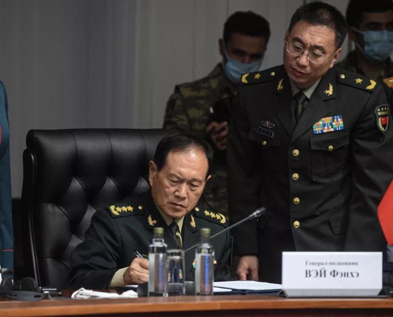 国务委员兼国防部长魏凤和签署会议文件。