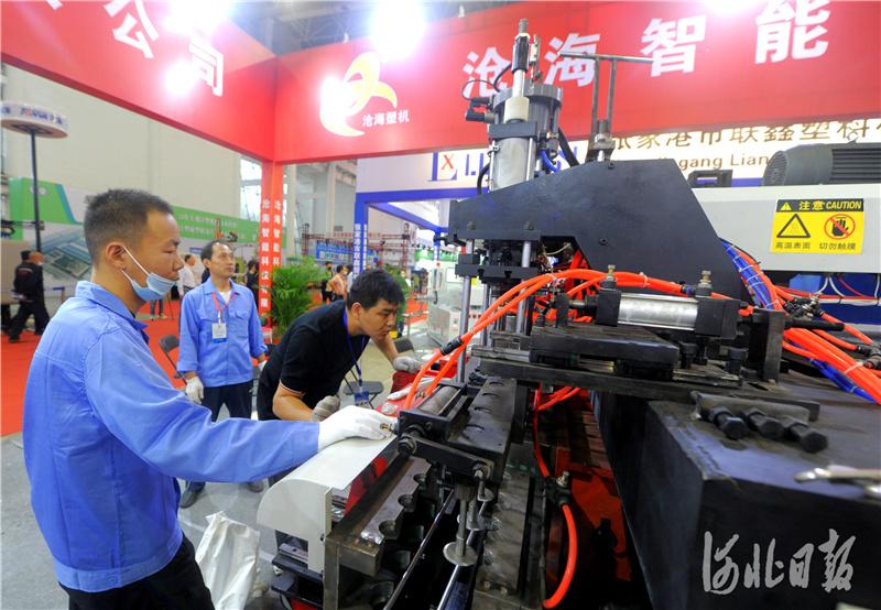 2020年9月15日,第二届中国·沧县塑料中空制品展览会上,来自当地的参展商展示新产品。河北日报记者杜柏桦摄影报道